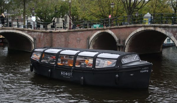 Boot Vording Sloep overdekt overkapping in Amsterdamse grachten
